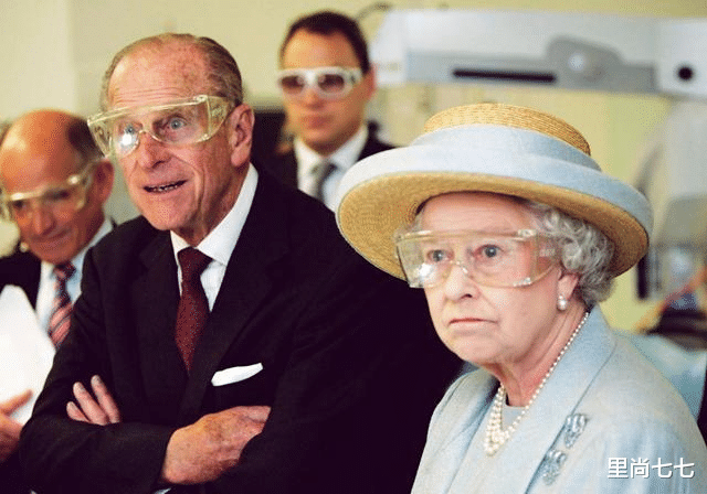 儿子确诊女王居家办公,93岁造型精致红唇明艳,却难掩满眼焦虑