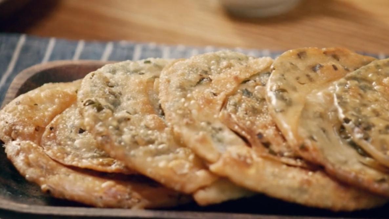 用饺子皮做葱油饼,不揉面不擀面,饼脆葱香,太美味了