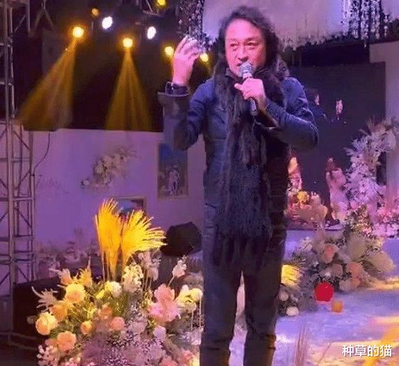 马景涛现身农村婚礼捞金,唱一首歌30万,还被新郎新娘无视了