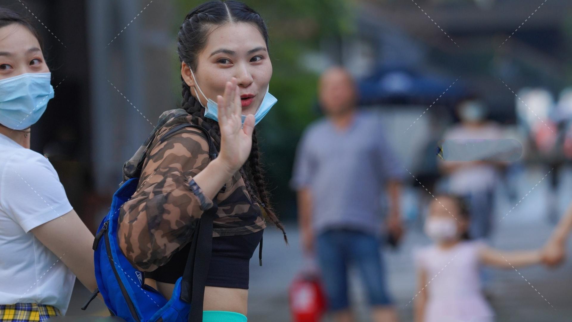 迷彩短款卫衣搭配湖蓝色紧身运动裤,气质出众,引领时尚潮流