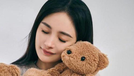 杨幂拍摄时尚大片,开启小熊缤纷世界,造型甜美又帅气!