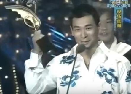 15年前赵文卓给刘德华颁奖无人上台尴尬喊话:有没有人代领下