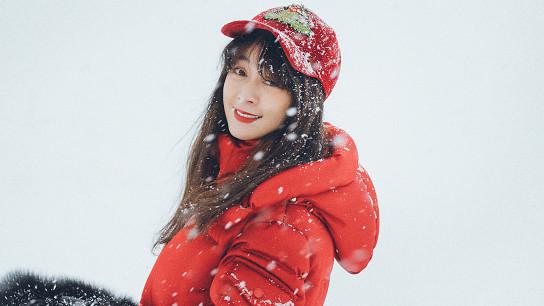 田海蓉不像75年的人,穿红色羽绒服雪地里拍照,颜值直逼90后