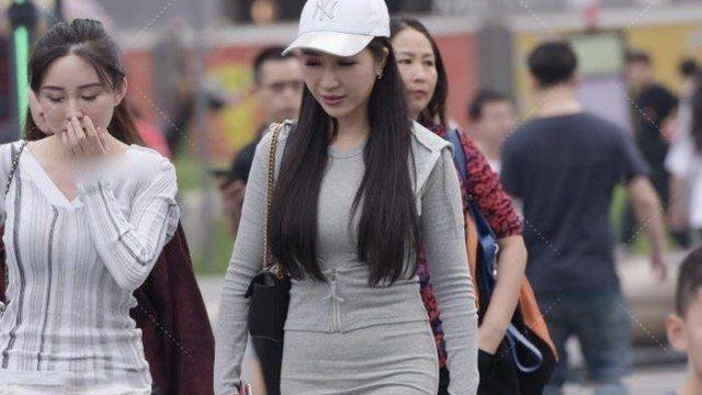 连帽套装短裙搭配白色板鞋,简约时尚,笑容迷人