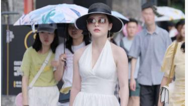 白色挂脖连衣裙搭配卡其色手提包,时尚精致,个性十足