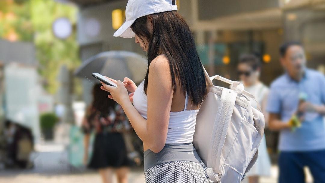 姐姐的时尚不难懂,穿颗粒质感长裤配无袖上衣,一般人驾驭不住