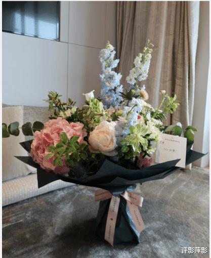 张馨月秀出林峰赠送的520鲜花,幸福模样却巧妙角度遮住肚子