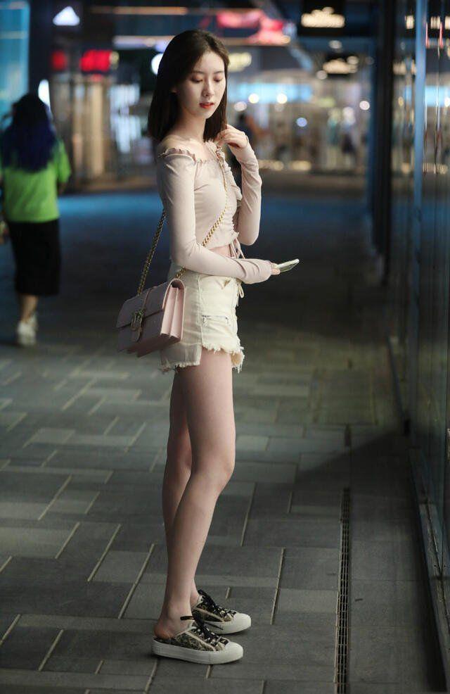 针织一字肩搭配白色短裤,清爽大方,展现时尚美感