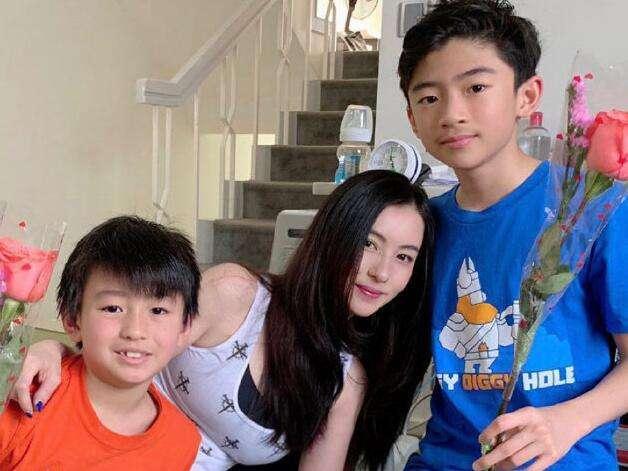张柏芝为大儿子庆生,依偎在爱子怀里,13岁谢振轩像极谢霆锋