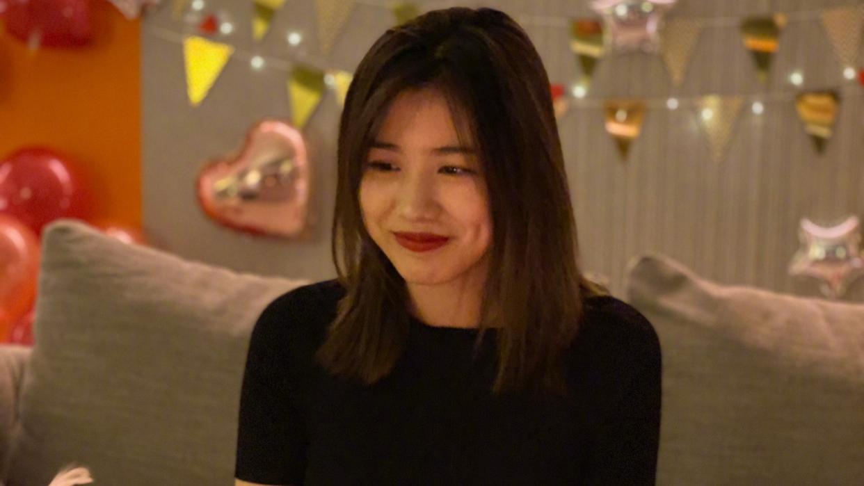 章子怡大女儿15岁,化浓妆穿紧身T恤太成熟,同框继母也美得大方