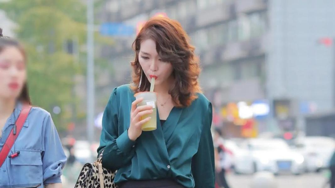 时尚穿搭:墨绿色V领衬衫+收腰喇叭裤,立马变身街头潮人!