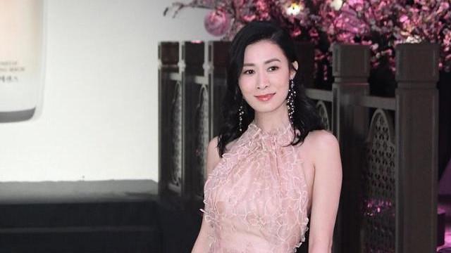 """佘诗曼45岁还""""单身"""",一袭裸色挂脖连衣裙美成少女,难怪不愁嫁"""
