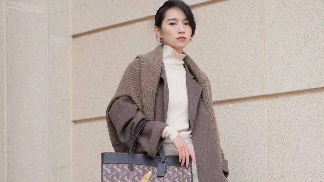 """秋冬最新流行的包包,""""马鞍包""""男女都能用,腋下包接受度比较高"""