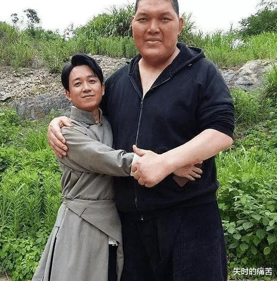 他被吴京发掘当了演员,出道十年仅有五部作品,现在却圈粉无数