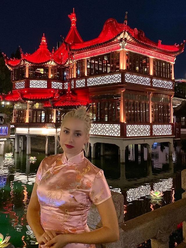 """摩纳哥现实版""""还珠格格"""",丸子头配粉色旗袍秀中国风,意外好看插图12"""