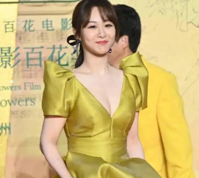 疯狂猜歌名五字答案_百花奖闭幕红毯:王俊凯眼睛无神,杨紫好大胆,她这次终于穿对了