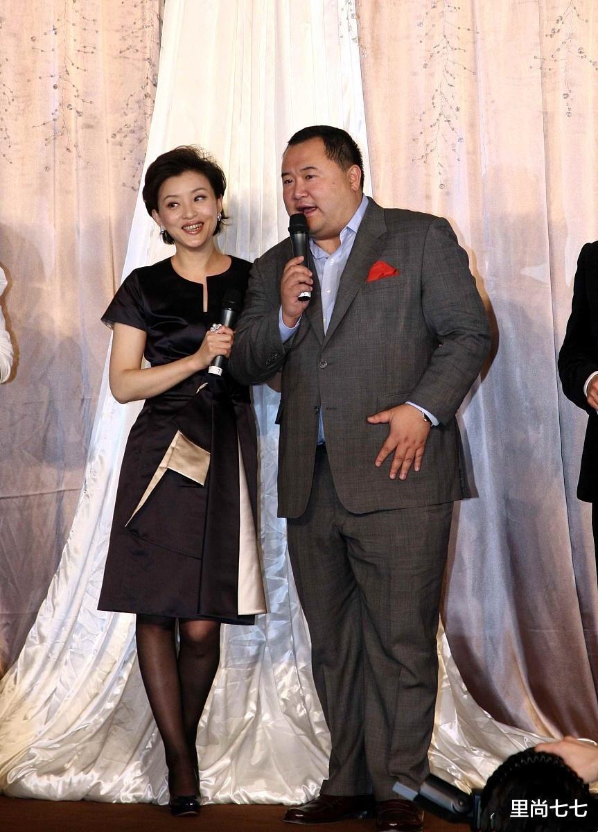 杨澜难得如此羞涩,紧身裙配黑丝很有韵味,被富豪老公搂着太甜蜜