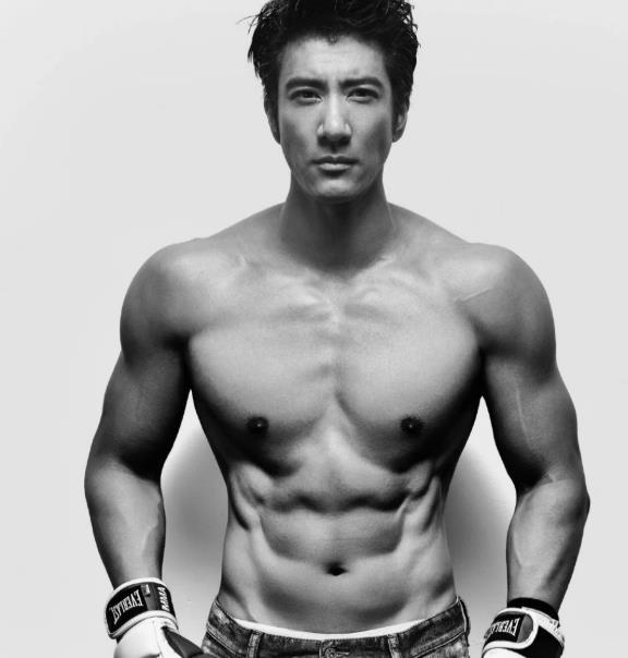 44岁王力宏半裸出镜大秀身材,一周健身六次,肌肉碾压90%私教