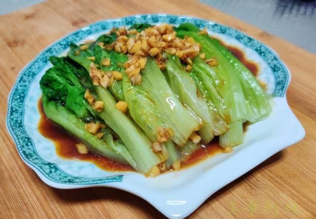 5分钟上桌的耗油生菜,烫一下浇个汁,营养好吃不上火
