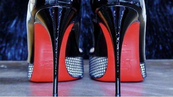 美军士兵蓝色连衣裙配红底高跟鞋,价值700美元,在网上引发争议