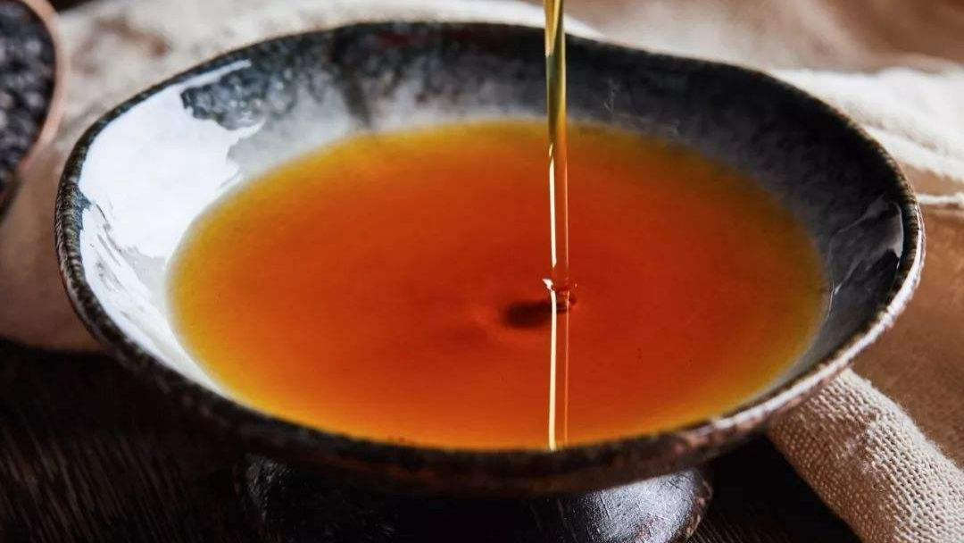 """这类""""假香油""""很多人在吃,买香油记得""""3靠"""",一碗清水现原形"""