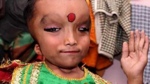 """印度6岁男童被称""""象头神""""转世,受很多人膜拜,网友:孩子毁了"""