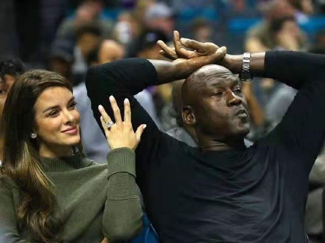 40岁的乔丹妻子韵味十足,身材比之卡戴珊姐妹犹有过之,难怪当年愿意为她放弃篮球
