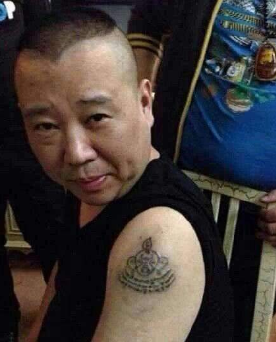 """上综艺不许有纹身?明星们各显神通,鹿晗绑丝带,吴尊才是最""""刚""""的!"""