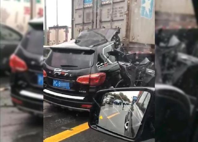 龙腾世界私服_上海一辆哈弗H6猛烈追尾集装箱卡车,驾驶室被削平,司机当场身亡