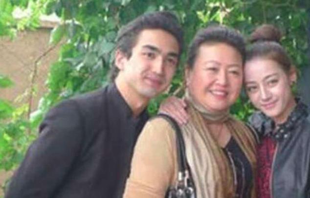 """有种""""全家最丑""""叫迪丽热巴,看清表妹和妈妈正脸,网友:这是啥神仙家庭!"""