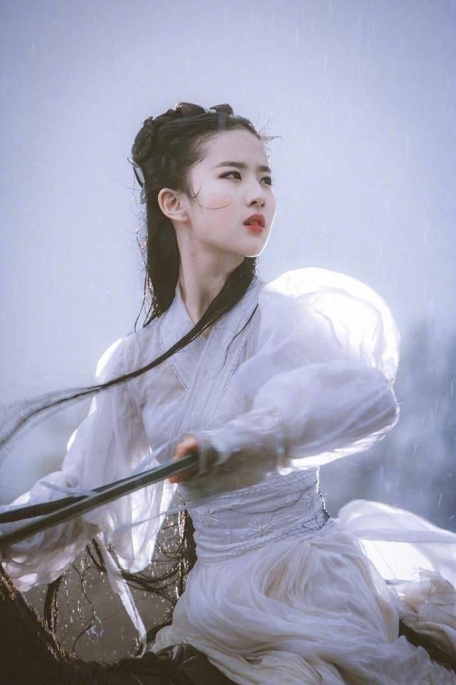 """为何刘亦菲版小龙女的""""雨中骑马戏""""被删?看到后背那刻才恍然大悟"""