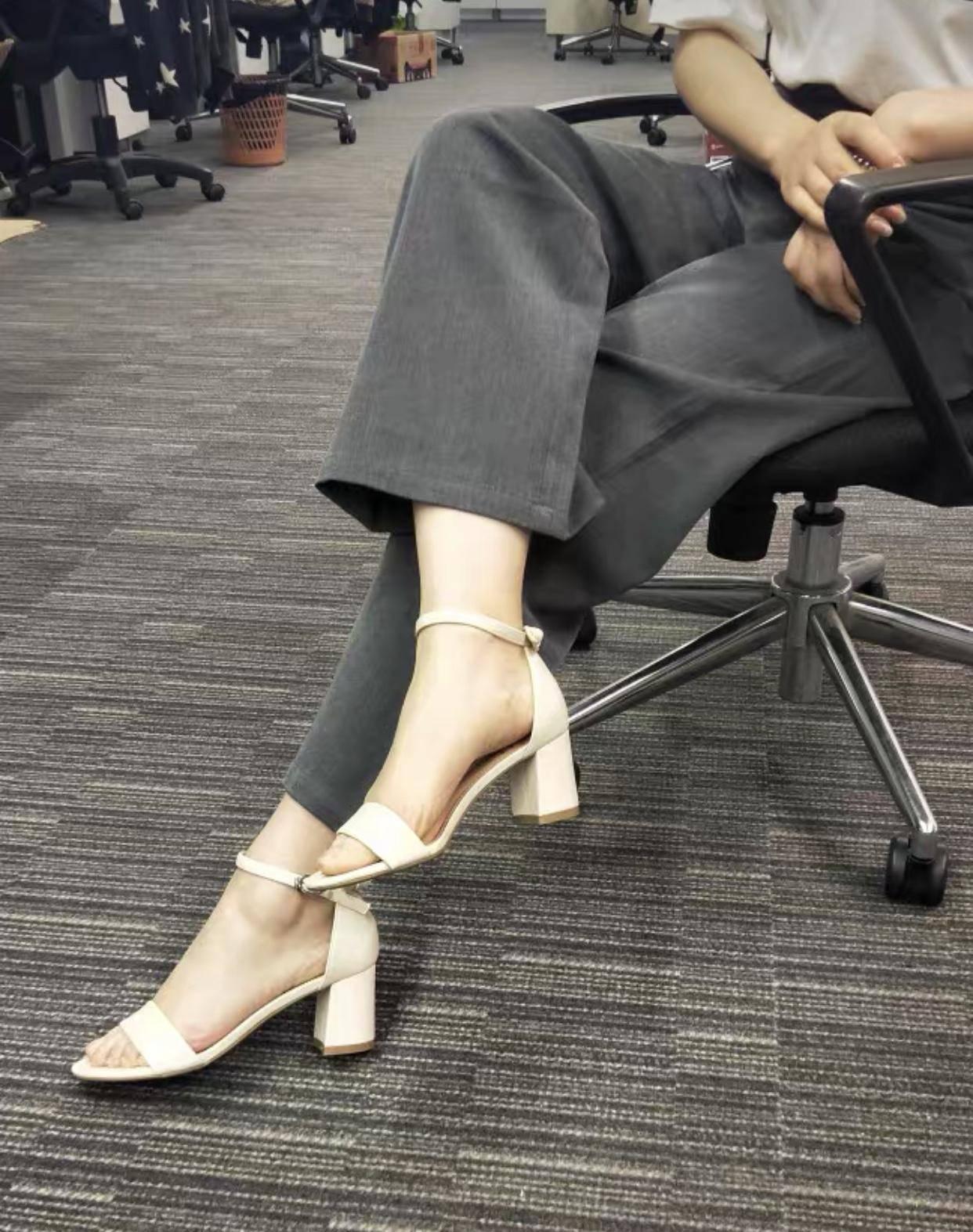 不显笨重的粗跟凉鞋,不仅轻松好驾驭,又能打造高挑的视觉感插图2