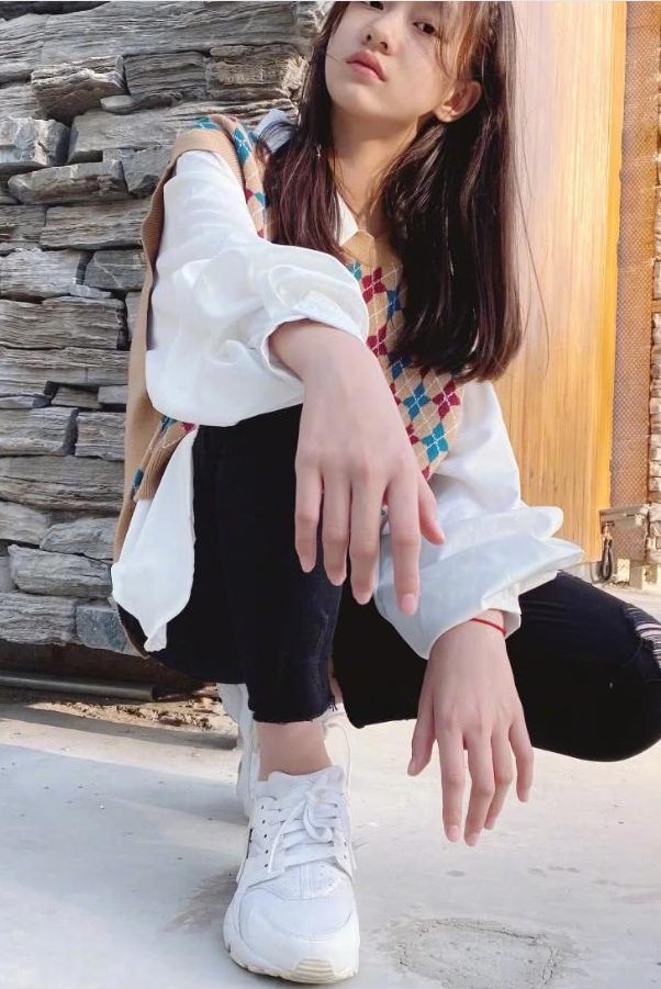 """赵薇""""女儿""""因颜值太高被禁止整容,今穿毒汁裤的腿,比电棒还细"""