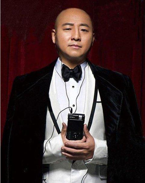 他是吴京发小,本是当红乐队主唱,却被吴京骗来演《战狼》大反派