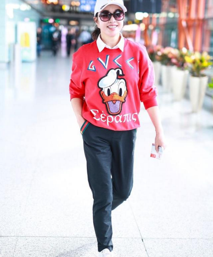 """刘晓庆装嫩穿""""校服裤""""演学生,网友:活成同龄人榜样"""