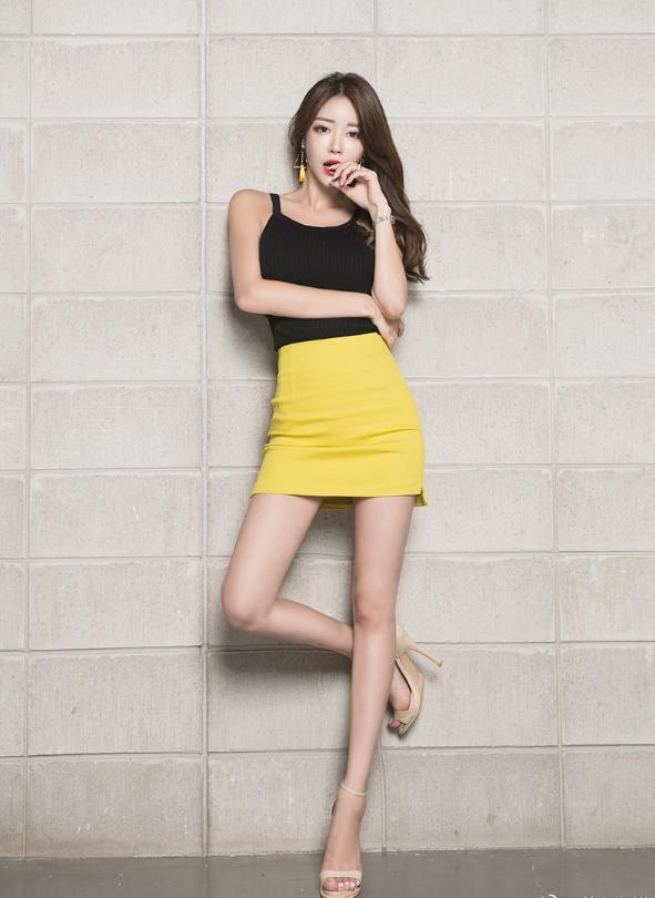 黑色吊带搭配黄色半身裙,女人味儿十足!