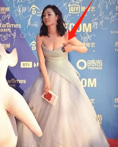 白百何裙子突然滑落,谁注意到她的第一反应?