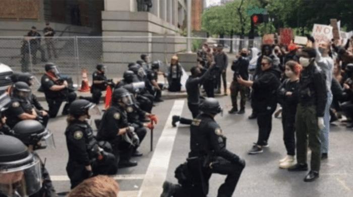大反转!美国警察假装下跪,把示威者吸引过去再爆锤!