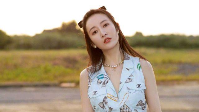 王鸥的衣品超赞,穿淡蓝色印花裙清新时髦,腰间的挎包是点睛之笔