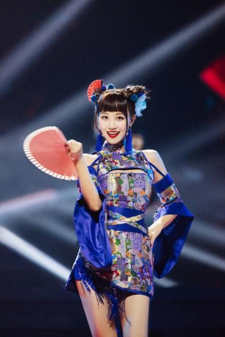 """摩纳哥现实版""""还珠格格"""",丸子头配粉色旗袍秀中国风,意外好看插图16"""
