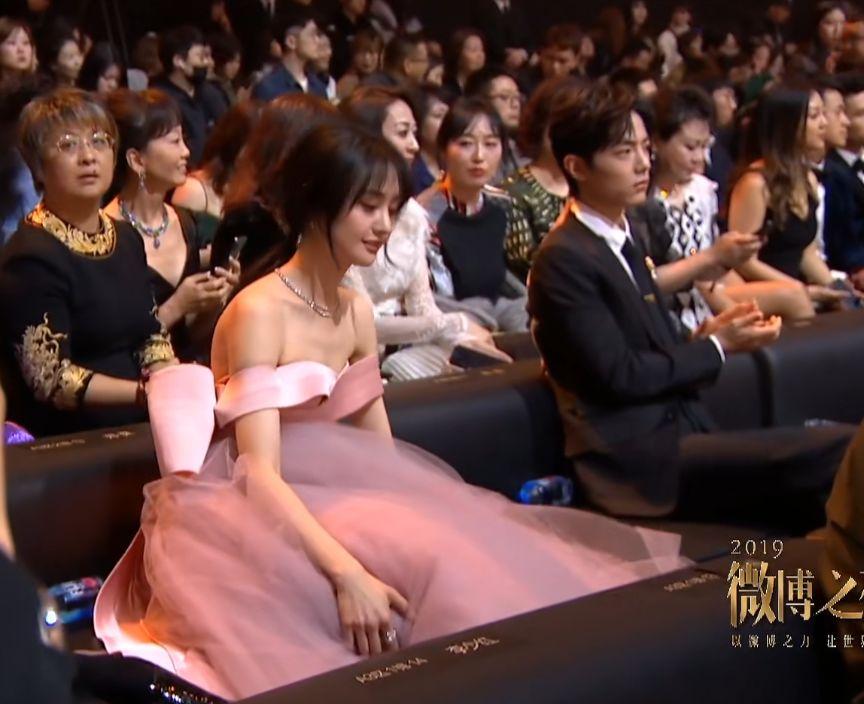 有一种坐姿叫郑爽穿着礼服,别人都挺直腰杆,而她则与众不同