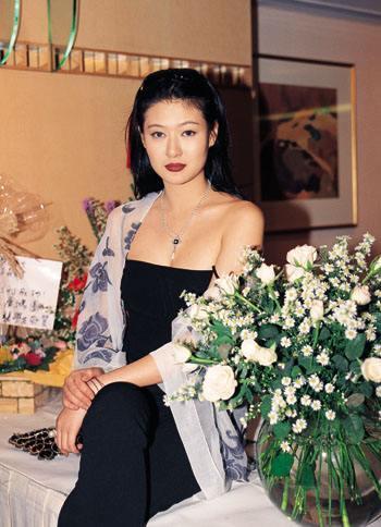 18年前,29岁陈宝莲纵身一跃,留下生父未知的婴儿今像极了黄任中插图22