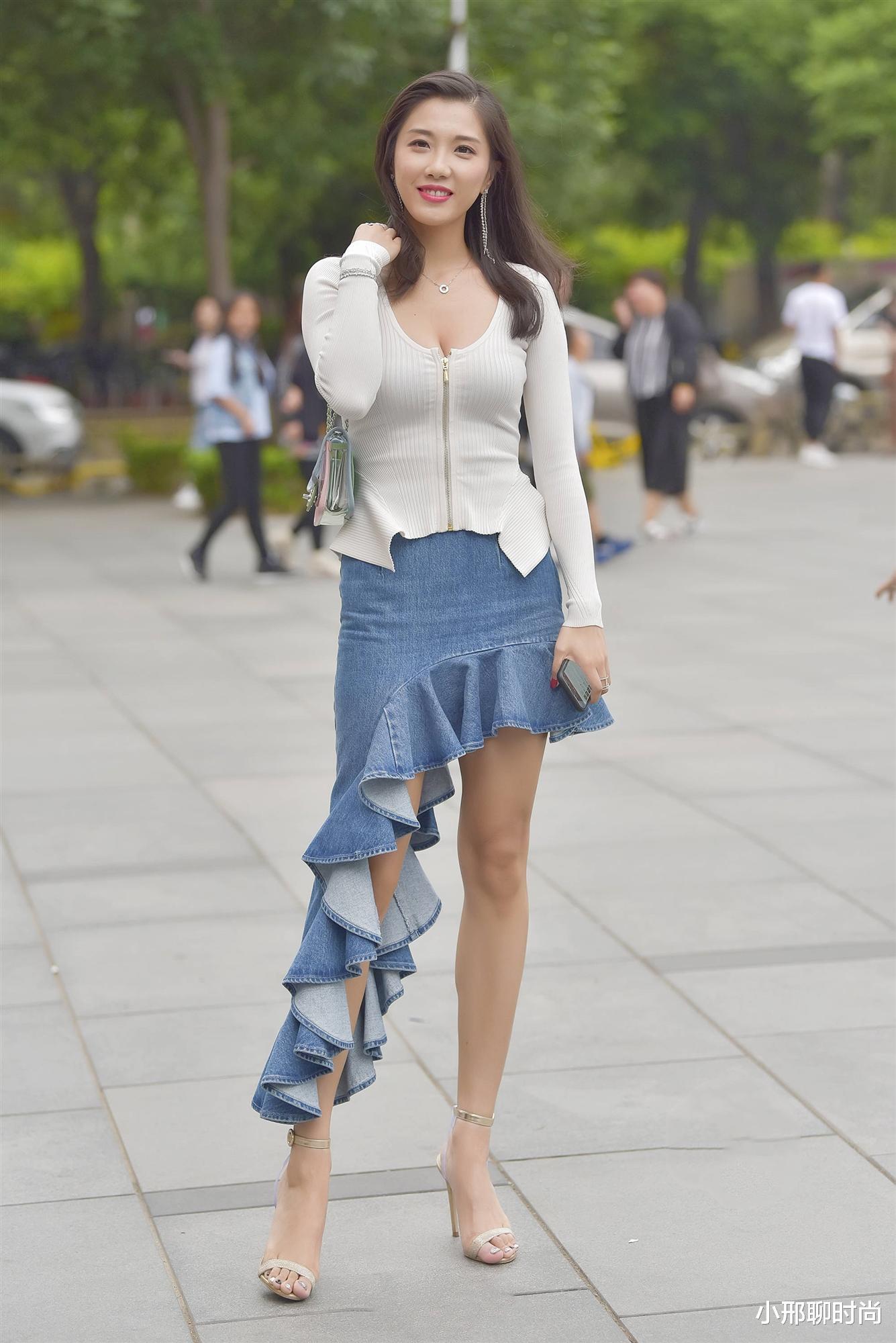 米白色针织衫,搭配高腰牛仔斜裙,气质脱俗,有种明星范