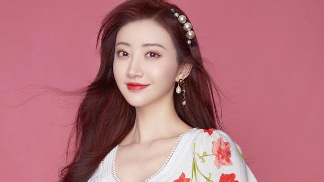 景甜真好看,白色印花连衣裙甜美优雅很有女人味,珍珠发夹特别美