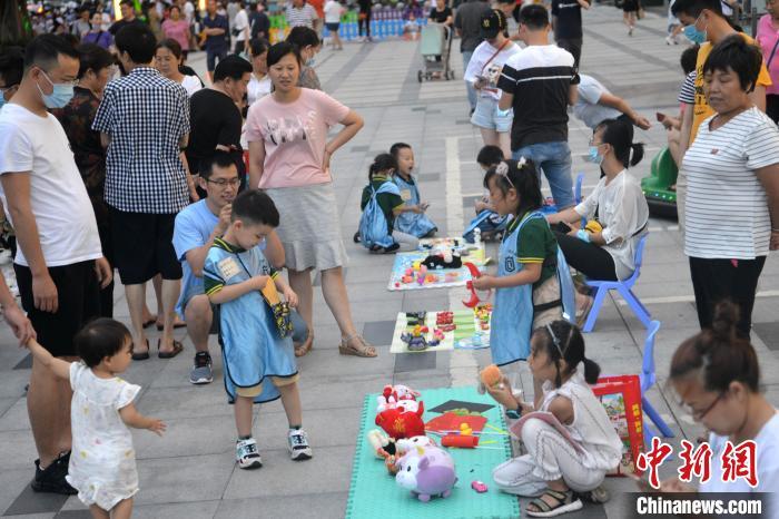 """成都一幼儿园组织小朋友商场门口开设""""儿童玩具跳蚤市场"""" 跳蚤市场 玩具 幼儿园 端游热点  第2张"""