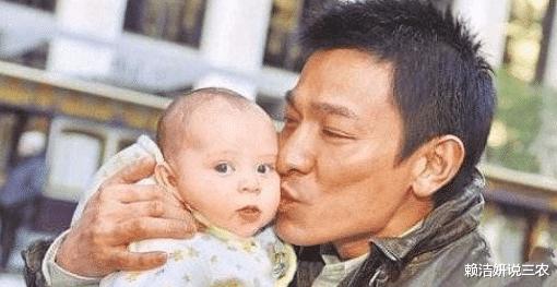 刘德华万万没想到,当年亲了一口的小婴儿,如今长大后把自己挤下神坛!