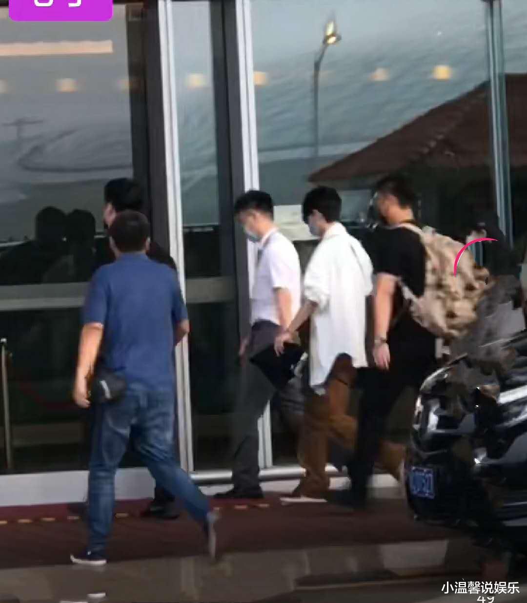 肖战清晨从北京出发,工作人员全程围着他,还穿着王一博同款衬衫和裤子