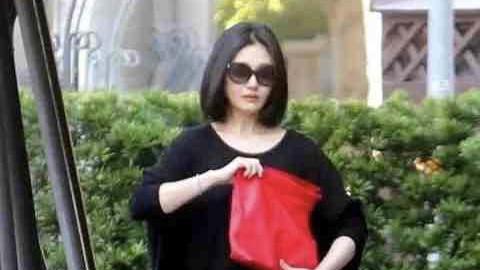 大S瘦了上热搜,一袭黑色简约T恤长裙,搭红色手包显瘦好穿搭