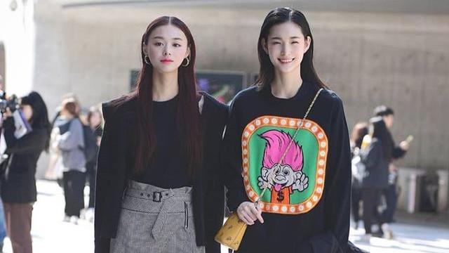 """韩国女生真会穿,在黑白灰间找平衡,""""上衣秋装下衣夏装""""太惊艳"""