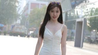 白色吊带裙靓妹走清纯风,经典V领穿搭更有魅力,黄色凉拖太俏皮